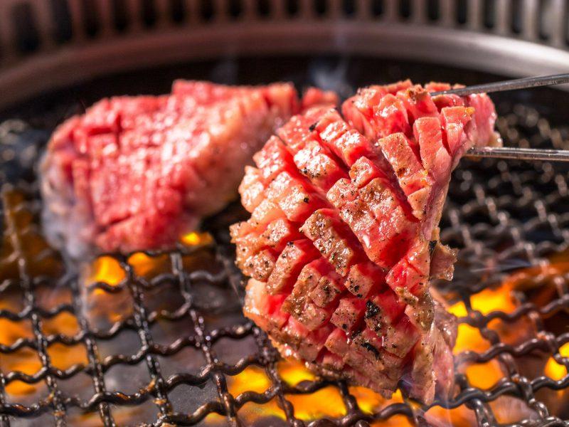 焼肉『平城苑』4月1日(木)より「和牛マンゴーカットカルビ」「濃厚卵とサーロインのにくすき」など新グランドメニューを発売開始